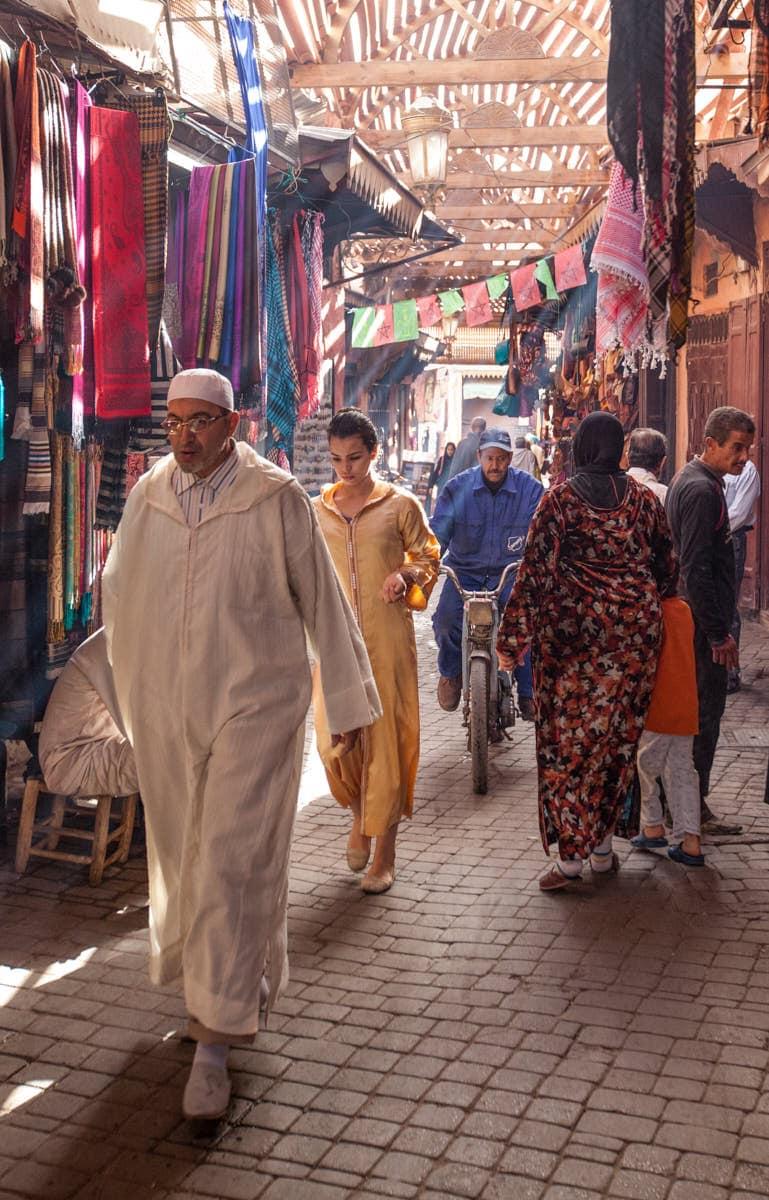 Marrakech_souk_street_scene
