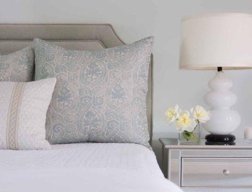 bedside-lamp-vignette-detail-photo